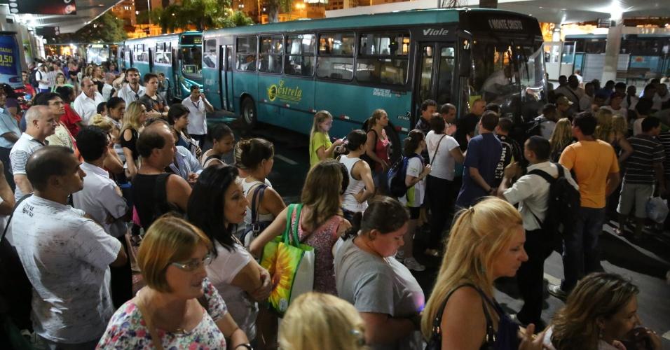 18.fev.2013 - Usuários do transporte coletivo de Florianópolis (SC) bloquearam a saída do Ticen (Terminal do Centro) em protesto contra a redução dos horários de saída de ônibus e contra a falta de segurança nos trajetos, na noite desta segunda-feira (18). As medidas foram tomadas devido à onda de ataques que atinge o Estado
