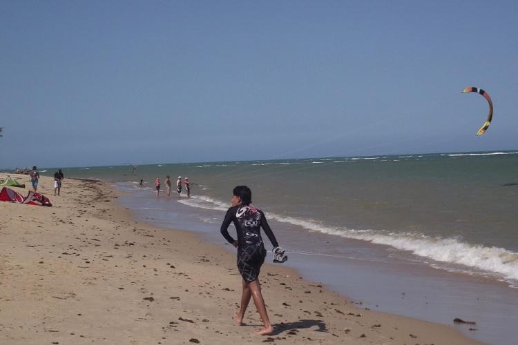 A praia de Araçaípe, em Arraial D'Ajuda, é ponto de esportes náuticos como o kitesurfe