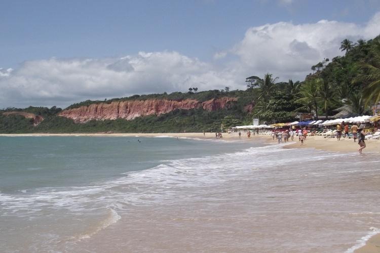 A praia de Pitinga é uma enseada de águas calmas em Arraial D'Ajuda, com bares e restaurantes na orla