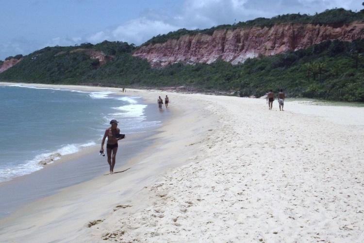 As falésias de cores avermelhadas são a marca registrada da praia de Pitinga, em Arraial D'Ajuda