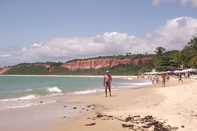 Com moldura de falésias, a praia de Pitinga é uma das mais bonitas de Arraial D'Ajuda