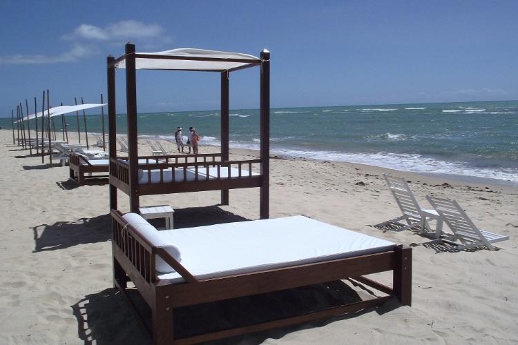 Conforto para os banhistas diante das águas mornas da praia de Mucugê, em Arraial D'Ajuda