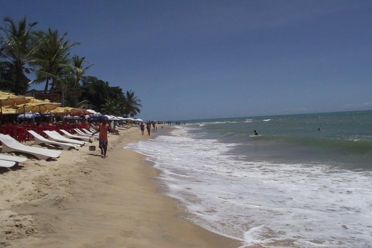 Em Arraial D'Ajuda, a praia da Pitinga tem bares e quiosques cuja infraestrutura convida a passar o dia