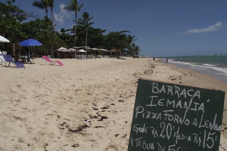 Em Arraial D'Ajuda, a quatro quilômetros de Porto Seguro, os bares de praia oferecem cardápio variado aos banhistas