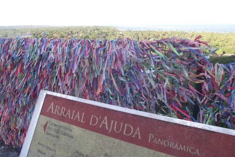 Em Arraial D'Ajuda, as fitinhas que são lembrança típica da Bahia tornam mais colorido o mirante do centro histórico