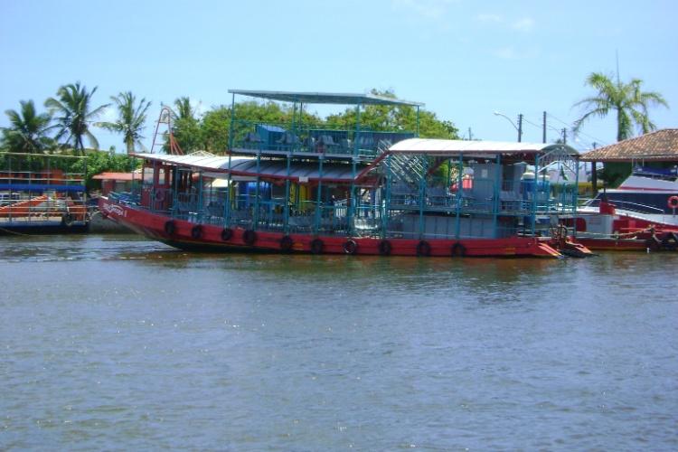 Embarcação na foz do rio Buranhém, em Porto Seguro