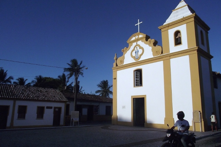 Final de tarde na Igreja de Nossa Senhora d'Ajuda, marco da arquitetura do Brasil Colônia no sul da Bahia