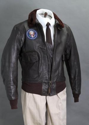 Imagem da jaqueta de aviador de John F. Kennedy vendida por US$ 570 mil, o item mais caro da coleção - Divulgação