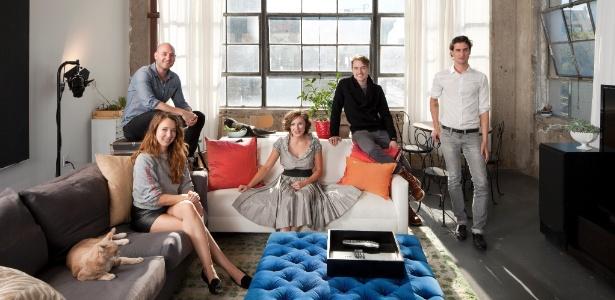 Ryan Welch, Aubrey Fry, Margo Lafontaine, Max Lemberger e Corey Schneider posam no loft que dividem - Bruce Buck/ The New York Times