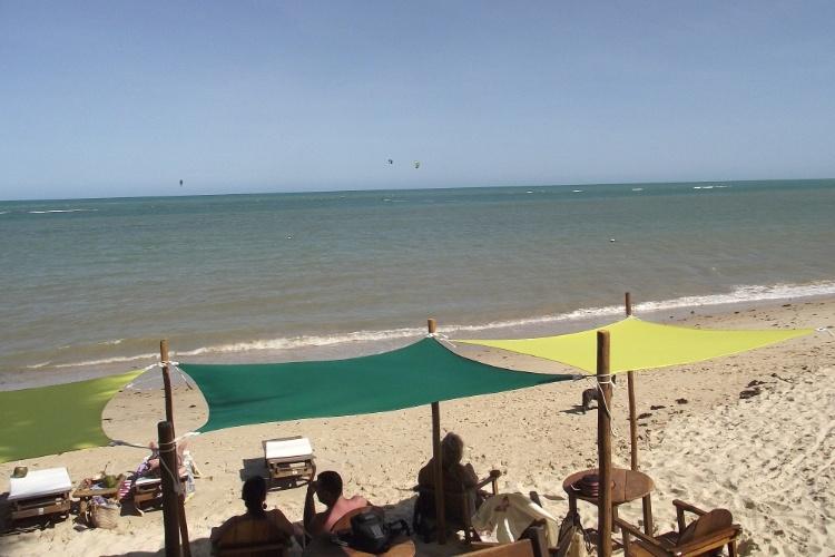Na praia de Araçaípe, em Arraial D'Ajuda, o bar Corujão é ponto de encontro de kitesurfistas e windsurfistas