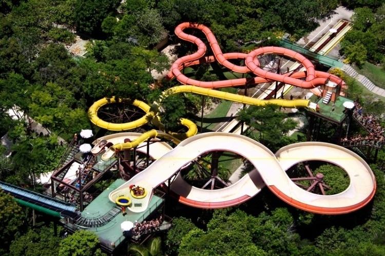 O Arraial D'Ajuda Eco Parque tem toboáguas, piscinas, rio para percorrer de boia e também atividades como tirolesa e arvorismo
