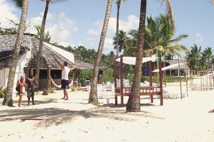 O Rio Beach Bar, um dos bares pé-na-areia na praia de Mucugê, em Arraial D'Ajuda