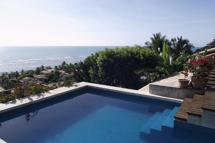 Piscina diante do restaurante do Hotel Maitei, com vista para a praia de Mucugê, em Arraial D'Ajuda
