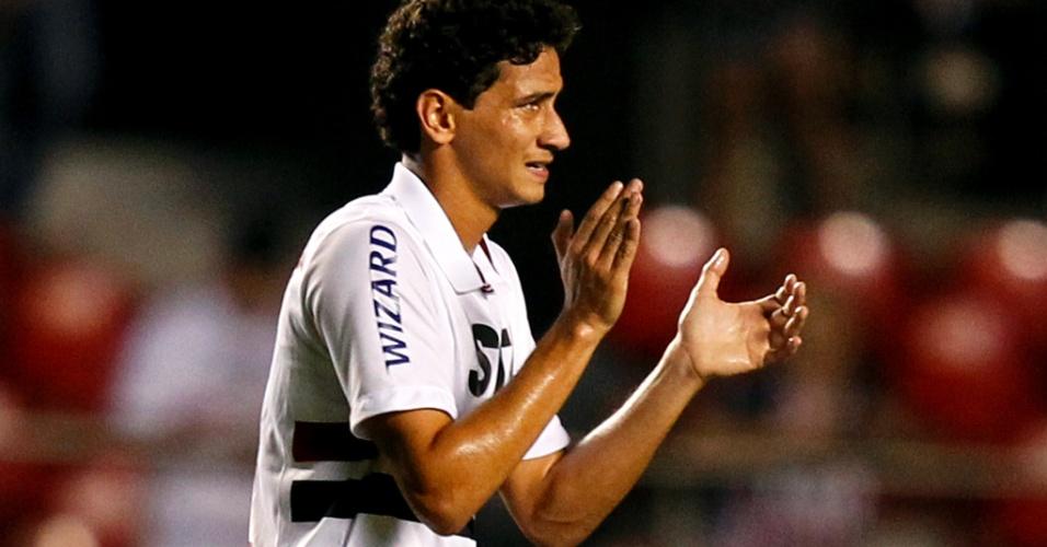16.02.2013 - Ganso aplaude companheiros durante jogo do São Paulo
