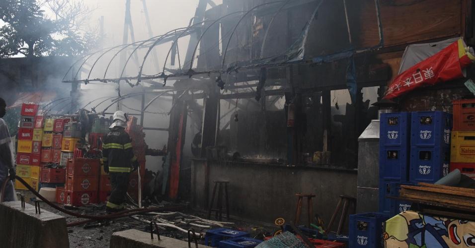 18.fev.2013 - Bombeiros controlam incêndio em uma favela ao lado da avenida Henry Ford, no bairro da Mooca, zona leste de São Paulo