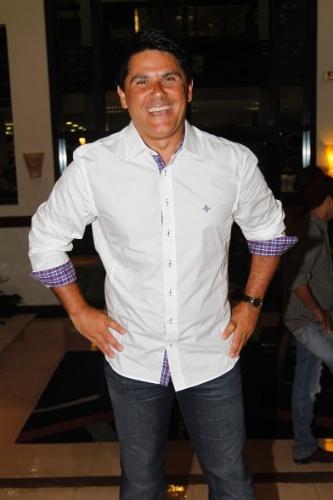 18.fev.2013 - O jornalista César Filho no coquetel seguido de festa que comemora o centenário do ator e humorista. O evento, ocorrido na sede do SBT em São Paulo, foi promovido por seu filho Carlos Alberto de Nóbrega