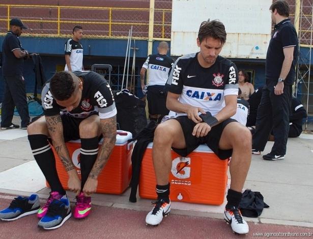 19.02.2013 - Paulo André e Guerrero se arrumam antes do único treino que o Corinthians fará na Bolívia antes do jogo com o San José, na estreia na Libertadores