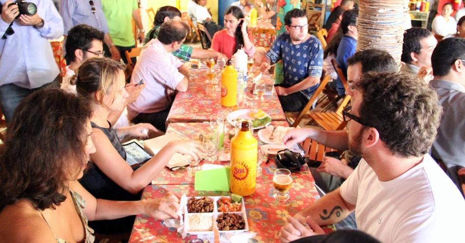 """19.fev.2013 - A blogueira cubana, Yoani Sánchez, que visita o Brasil, almoça em um restaurante em Feira de Santana (BA), nesta terça-feira (19). Yoani, que ontem qualificou as manifestações contra ela no Brasil como """"um banho de democracia"""", subiu o tom e comparou os autores dos protestos a terroristas. Devido às manifestações, Yoani pediu para ter sua segurança reforçada na cidade"""