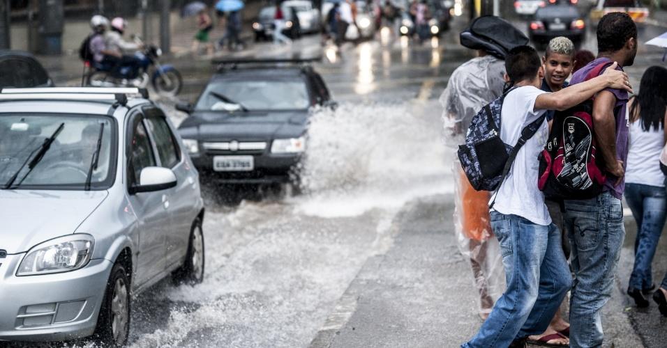 19.fev.2013 - A chuva desta terça-feira (19) em São Paulo causou diversos pontos de alagamento na cidade
