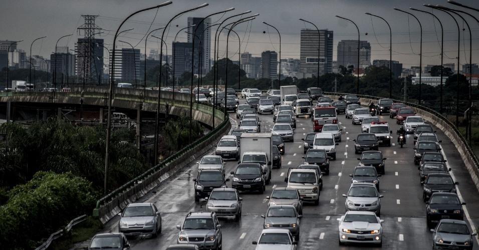 19.fev.2013 - A chuva desta terça-feira (19) em São Paulo deixou o trânsito lento em diversos pontos da cidade
