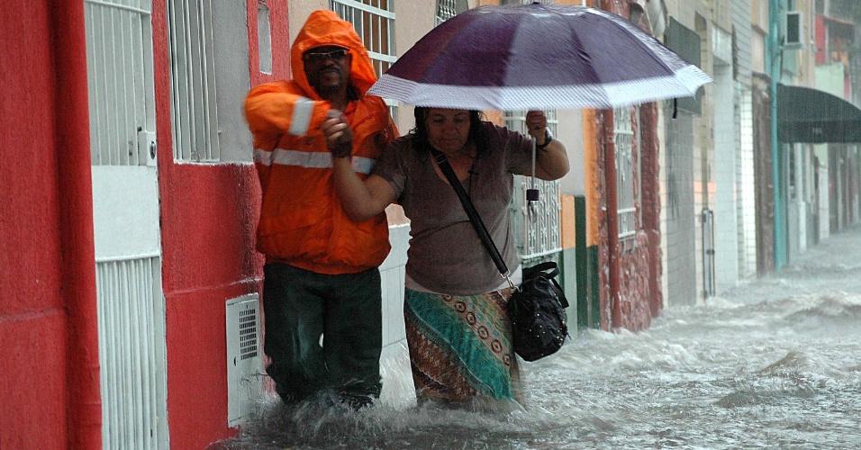19.fev.2013 - A chuva forte da tarde desta terça-feira (19) deixou ruas alagadas na Vila Pompeia, zona oeste de São Paulo