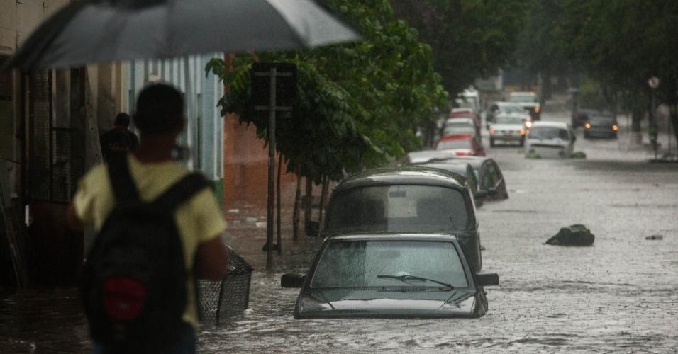 19.fev.2013 - A rua Frederico Steidel, em Santa Cecília, centro de São Paulo, ficou alagada depois da forte chuva que atingiu diversas regiões da cidade na tarde desta terça-feira (19)