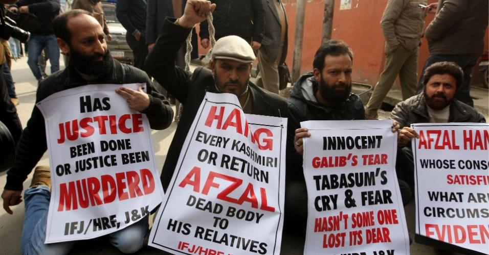 19.fev.2013 - Ativistas pró-direitos humanos pedem a devolução do corpo de Mohammed Afzal Guru, líder separatista islamita da Caxemira enforcado por atacar o Parlamento da Índia em 2001