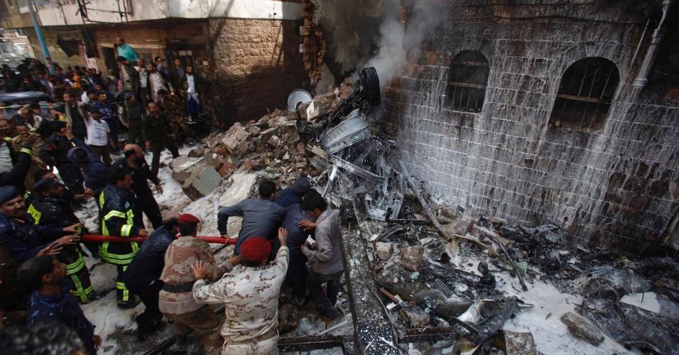 19.fev.2013 - Bombeiros tentam apagar chamas após a queda de um avião em Sana, no Iêmen. O acidente com um jato das Forças Aéreas do país matou, ao menos, seis pessoas