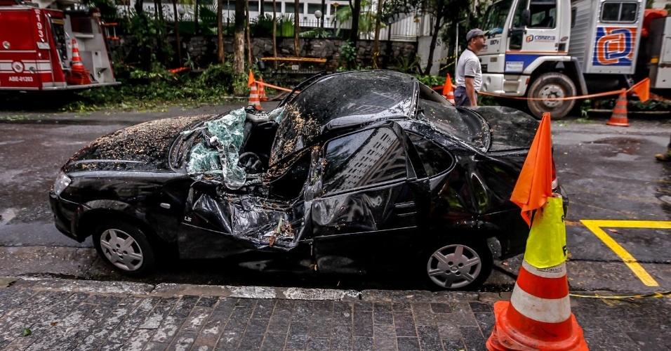 19.fev.2013 - Carro atingido pela queda de uma árvore na rua Casa Branca, no Jardim Paulista, zona oeste de São Paulo. O acidente foi provocado pela chuva forte da segunda-feira (18) e deixou os moradores da rua sem energia elétrica