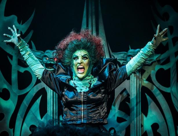 """Heloísa Perissé como a Bruxa Má do Oeste em cena do musical """"O Mágico de Oz"""", adaptação de Charles Möeller e Claudio Botelho da obra de L. Frank Baum"""