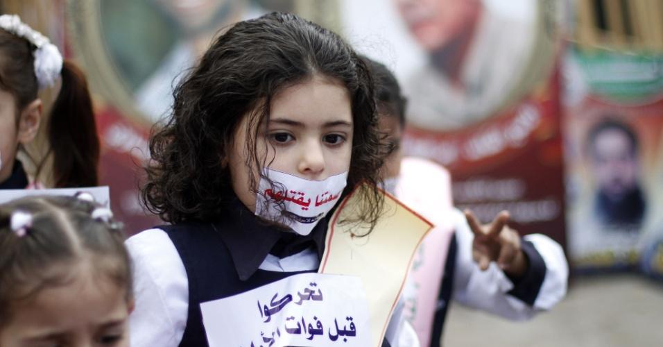 19.fev.2013 - Crianças participam de protesto em solidariedade a palestinos presos em greve de fome em cadeias israelenses, em Gaza
