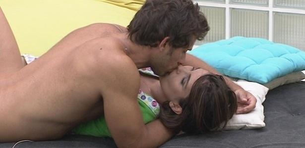 19.fev.2013 - Eliéser e Kamilla se beijam após dizerem que estão com uma