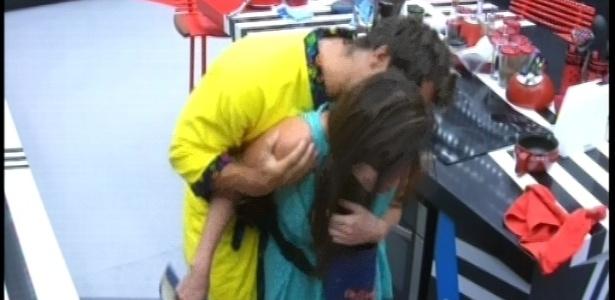 19.fev.2013 - Eliéser faz cócegas em Kamilla na cozinha. Os dois disputam a preferência com Ivan no paredão desta noite.