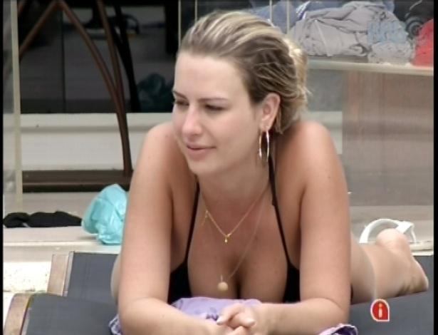 19.fev.2013 - Fernanda tenta reclamar sobre relacionamento com André e é cortada por outros brothers