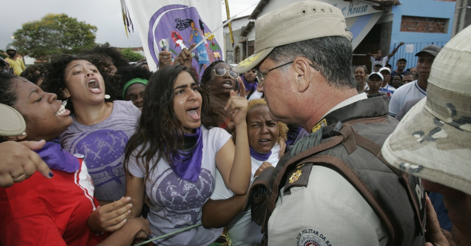 19.fev.2013 - Integrantes do movimento Marcha Mundial das Mulheres realizam protesto em frente ao fórum de Ruy Barbosa, (350 km de Salvador), nesta terça-feira (19), segundo dia do julgamento dos integrantes da banda baiana New Hit, acusados de abusar sexualmente de duas adolescentes de 16 anos, em agosto de 2012