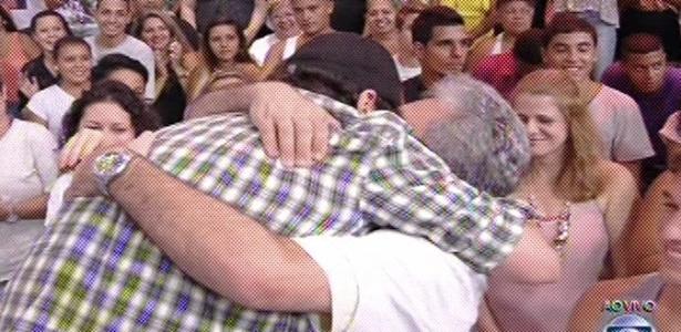 19.fev.2013 - Ivan abraça o pai após deixar o