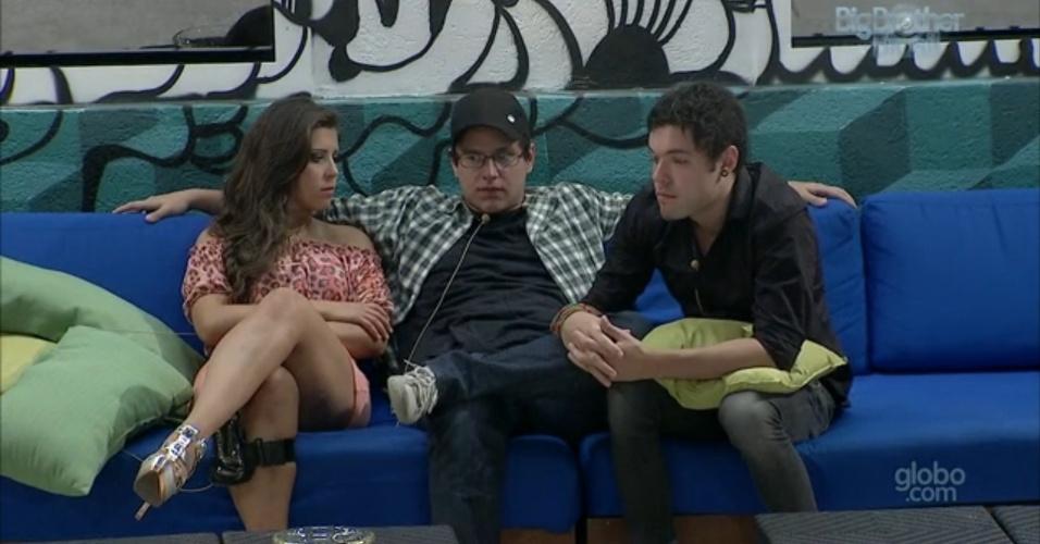 19.fev.2013 - Ivan reúne Nasser e Andressa na área externa da casa e aconselha o casal a se unir caso ele saia.