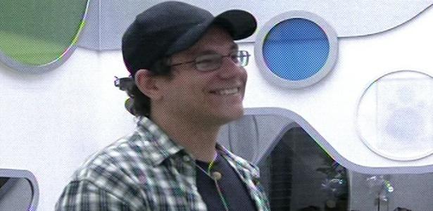 19.fev.2013 - Ivan se anima ao ver familiares e a namorada Vanessa na torcida por ele durante a sexta eliminação do
