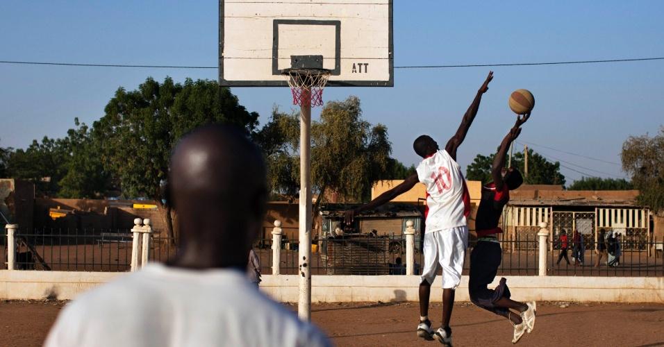 19.fev.2013 - Jovens jogam basquete na praça da Independência, na cidade de Gao, no Mali. Quando sob o domínio de grupos rebeldes islâmicos, este local era conhecido como praça da sharia, tipo de lei islâmica, e era utilizado para as amputações públicas determinadas pelo rígido código de conduta dos radicais islâmicos