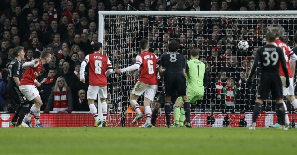 19.fev.2013 - Lukas Podolski (2º à esq) cabeceia para marcar pelo Arsenal contra o Bayern de Munique, pelo jogo de ida das oitavas da Liga dos Campeões