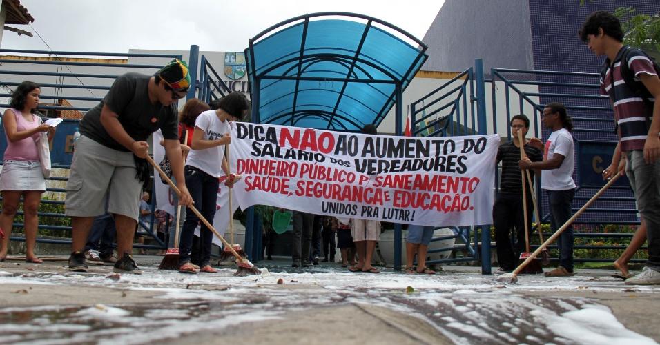 19.fev.2013 - Manifestantes lavam a calçada em frente ao prédio da Câmara Municipal de Belém durante protesto contra o aumento dos salários dos vereadores