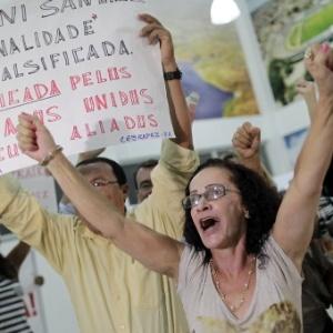 Membros de grupos socialistas protestam durante chegada da blogueira cubana Yoani Sánchez ao Museu Parque do Saber, em Feira de Santana (BA), onde ela participou de um debate sobre direitos humanos