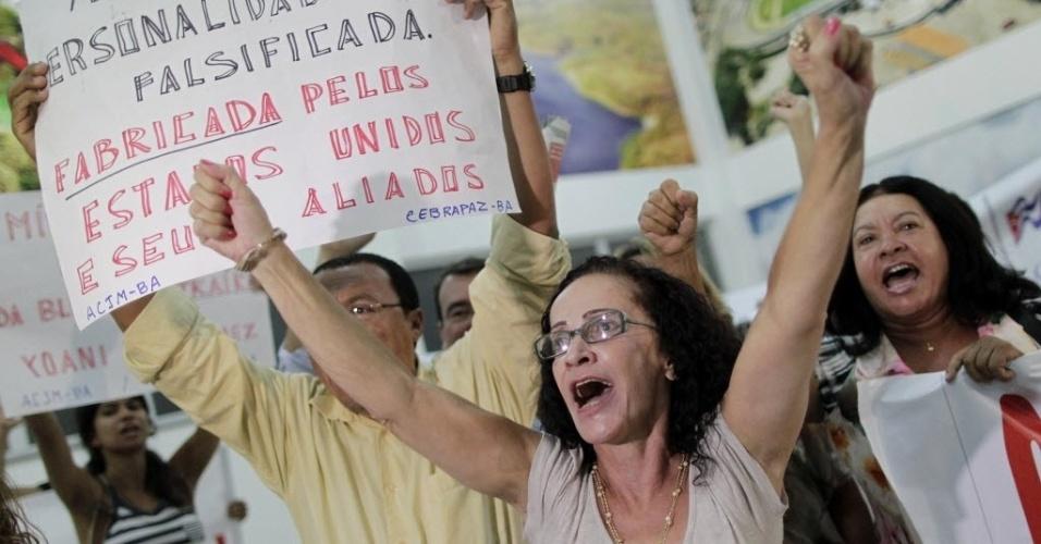 19.fev.2013 - Membros de grupos socialistas protestam durante chegada da blogueira cubana Yoani Sánchez ao Museu Parque do Saber, em Feira de Santana (BA), onde ela participou de um debate sobre direitos humanos. As manifestações impediram a exibição de documentário com a dissidente
