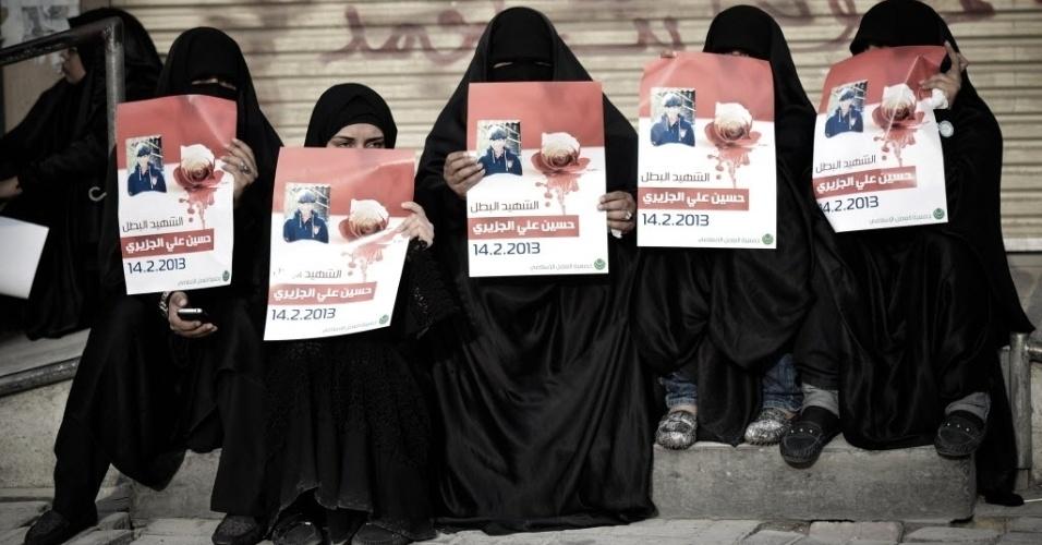 19.fev.2013 - Mulheres da cidade de Daih, no Bahrein, seguram cartazes com a foto de Hussein al-Jazeeri, adolescente de 16 anos morto na última quinta-feira (19) por forças barenitas durante protestos pelo segundo aniversário de um levante para exigir reformas democráticas