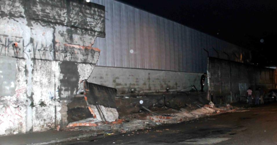 19.fev.2013 - Muro de uma fábrica desabou na rua Albino de Morais, na Vila Carioca, na zona sul de São Paulo, devido as fortes chuvas que atingiram a capital paulista. Ninguém ficou ferido