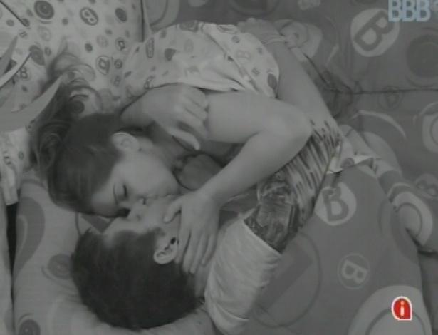 19.fev.2013 - Nasser e Andressa se beijam após fazerem as pazes