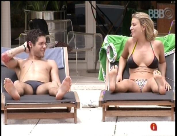 19.fev.2013 - Nasser e Fernanda tomam sol juntos na piscina da casa do