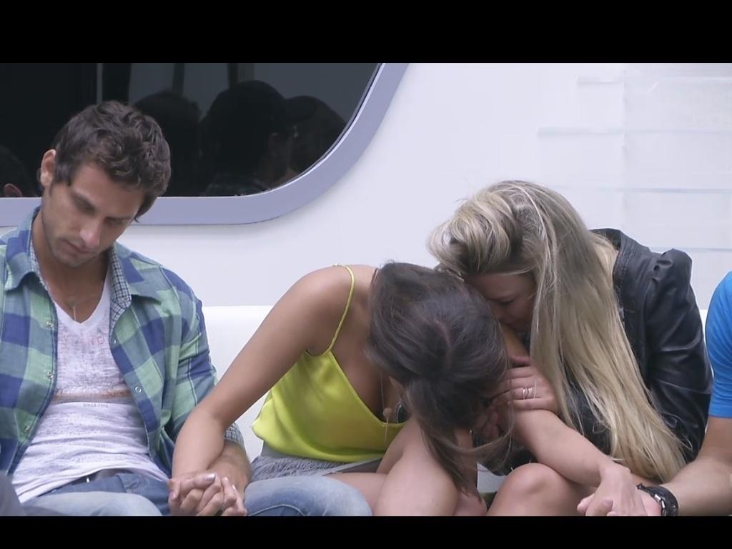19.fev.2013 - No intervalo da edição ao vivo, Kamilla abaixa a cabeça e recebe apoio de Eliéser, Fernanda e Marcello