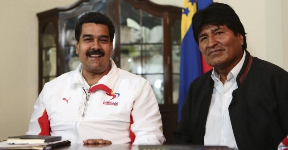 19.fev.2013 - O presidente da Bolívia, Evo Morales (à direita), participa de reunião com o vice-presidente venezuelano, Nicolas Maduro, nesta terça-feira (19), em Caracas, na Venezuela. Morales viajou ao país para tentar visitar o presidente Hugo Chávez, que retornou ontem de Cuba, onde estava havia dois meses para um tratamento contra um câncer