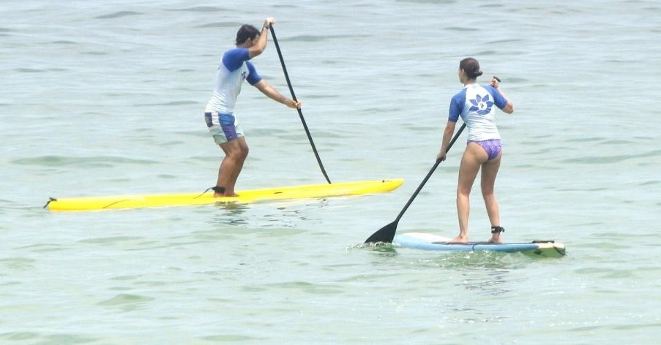 19.fev.2013 - Os atores Juliano Cazarré e Milena Toscano praticam stand-up paddle juntos na praia da Barra da Tijuca